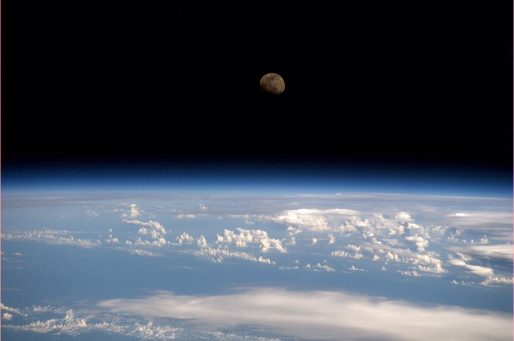 Moonrise from the #ISS  (Photo & Caption: Reid Wiseman, NASA)