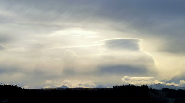Stacked lenticular cloud: (Photo: YouNews contributor: Bonkahoney)