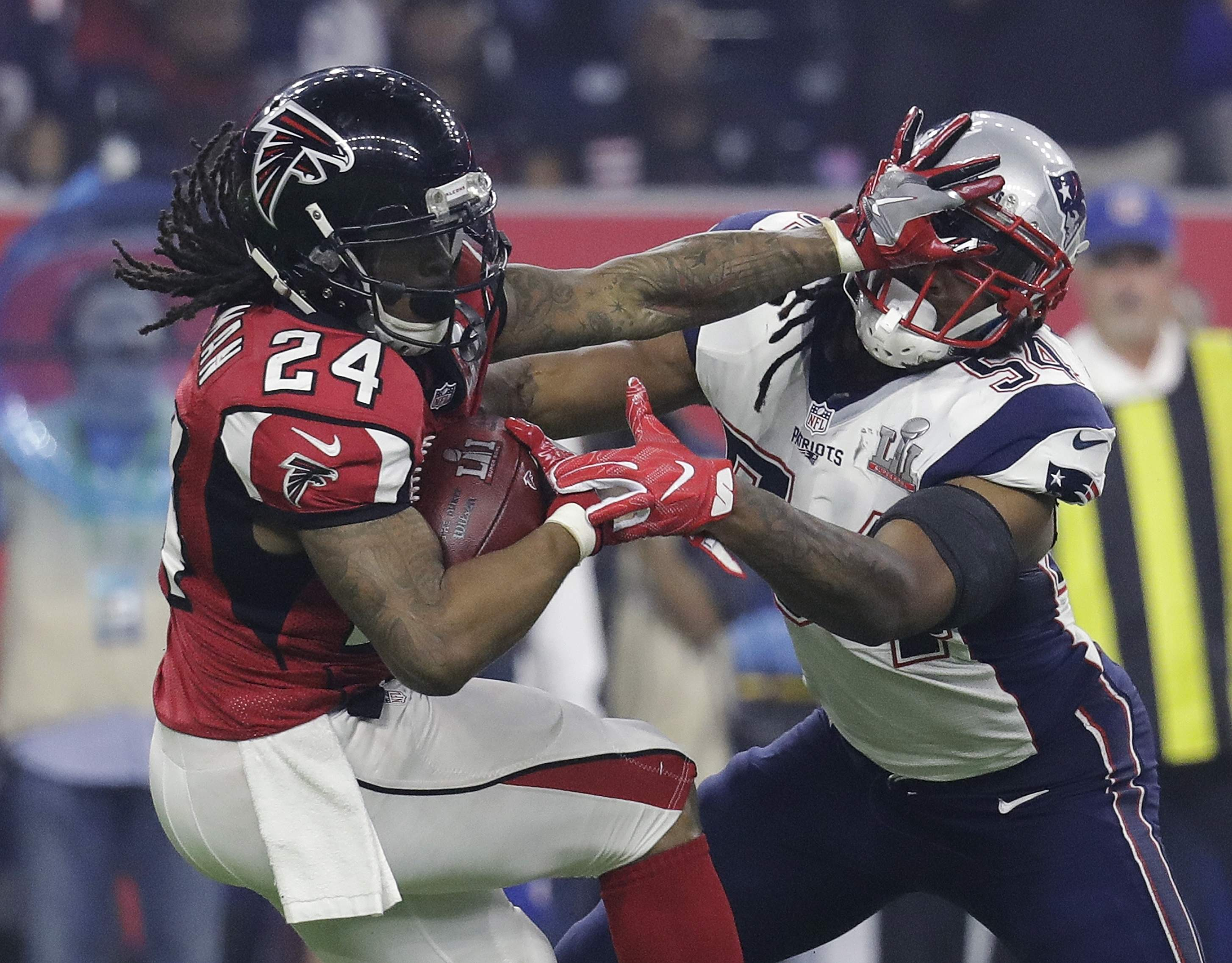 The Atlanta Falcons' Devonta Freeman runs against the New England Patriots' Dont'a Hightower during the second half of Super Bowl 51 Sunday, Feb. 5, 2017, in Houston. THE ASSOCIATED PRESS