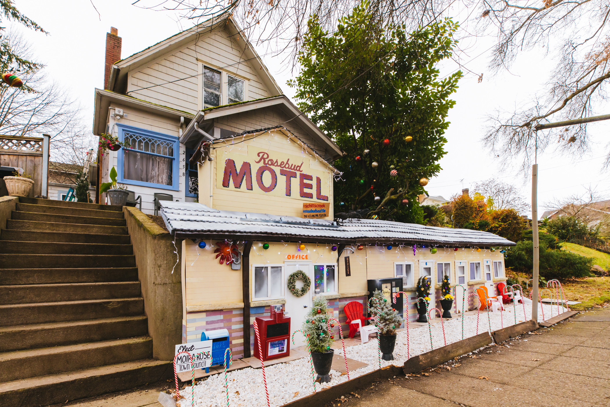 "Well look at that, Day-vahd [said in our best Moira Rose voice]! Richard Knowles, a resident in Seattle's Queen Anne neighborhood, has created a mini Rosebud Motel using the retaining wall outside their home for all fans of the award-winning show ""Schitt's Creek"" to come see. You can find the mini Rosebud around W Bothwell Street & 10th Avenue W in Queen Anne, and all six seasons of the hilarious (in our humble opinion) show on Netflix. (Image: Sunita Martini / Seattle Refined){ }"