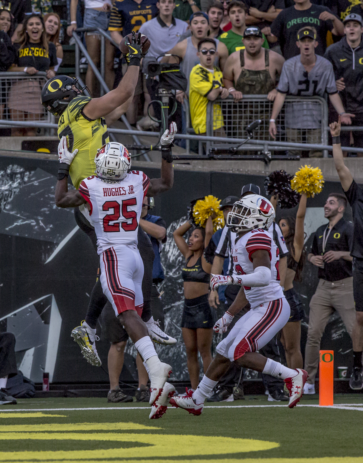 Oregon tight end Jacob Breeland (#27) catches a pass in the end zone. The Oregon Ducks defeated the Utah Utes 41 to 20 during Oregon's homecoming game at Autzen Stadium on Saturday, October 28, 2017. Photo by Ben Lonergan, Oregon News Lab