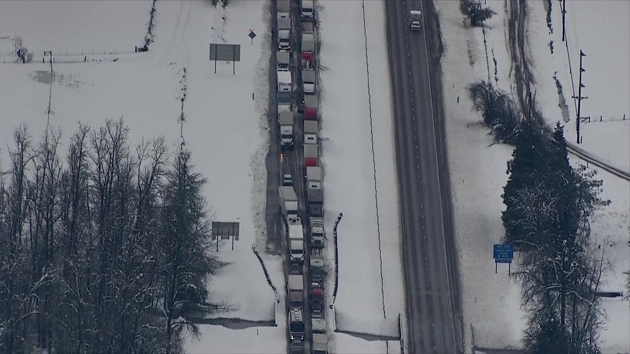 Winter storm creates 115-mile backup along snow-clogged I-5 in Oregon (KATU Video)