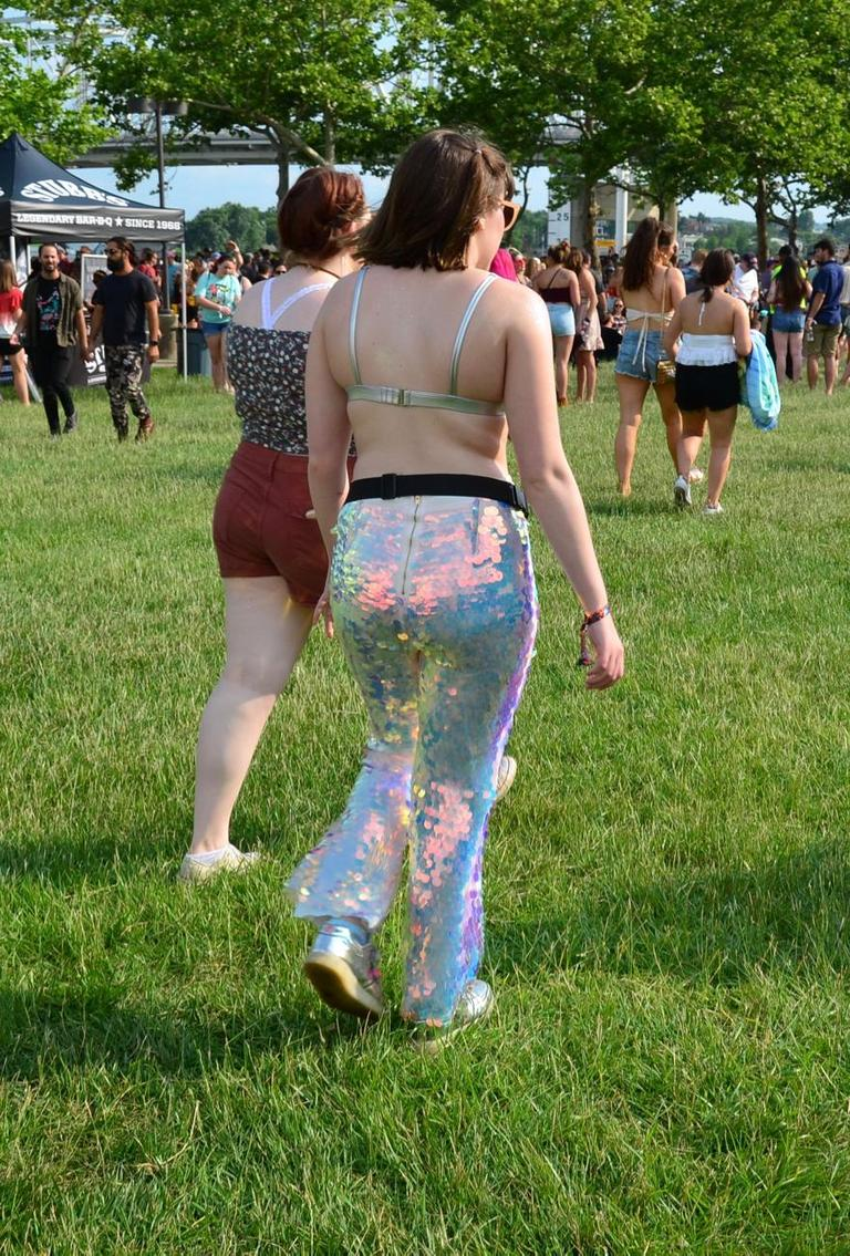 Music festivals bring out a range of fashion choices, from floral prints to bandanas to fanny packs and more. Here are some of our favorite looks from Friday at Bunbury. / Image: Leah Zipperstein // Published: 6.2.18