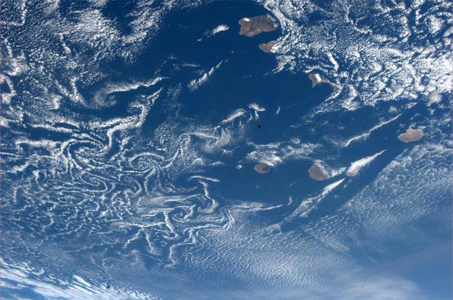 von Kármán vortex sheet over Cape Verde Islands.  The Atlantic Ocean is a huge fluid dynamics lab (Photo & Caption courtesy Koichi Wakata (@Astro_Wakata) and NASA)