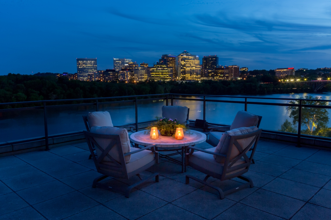 Because we never get tired of gorgeous, luxury homes ... today we bring you a four-bedroom, seven-bathroom, 6,100-square-foot penthouse with sweeping 270-degree views of the Potomac River. (Image: Sean Shanahan)ted)