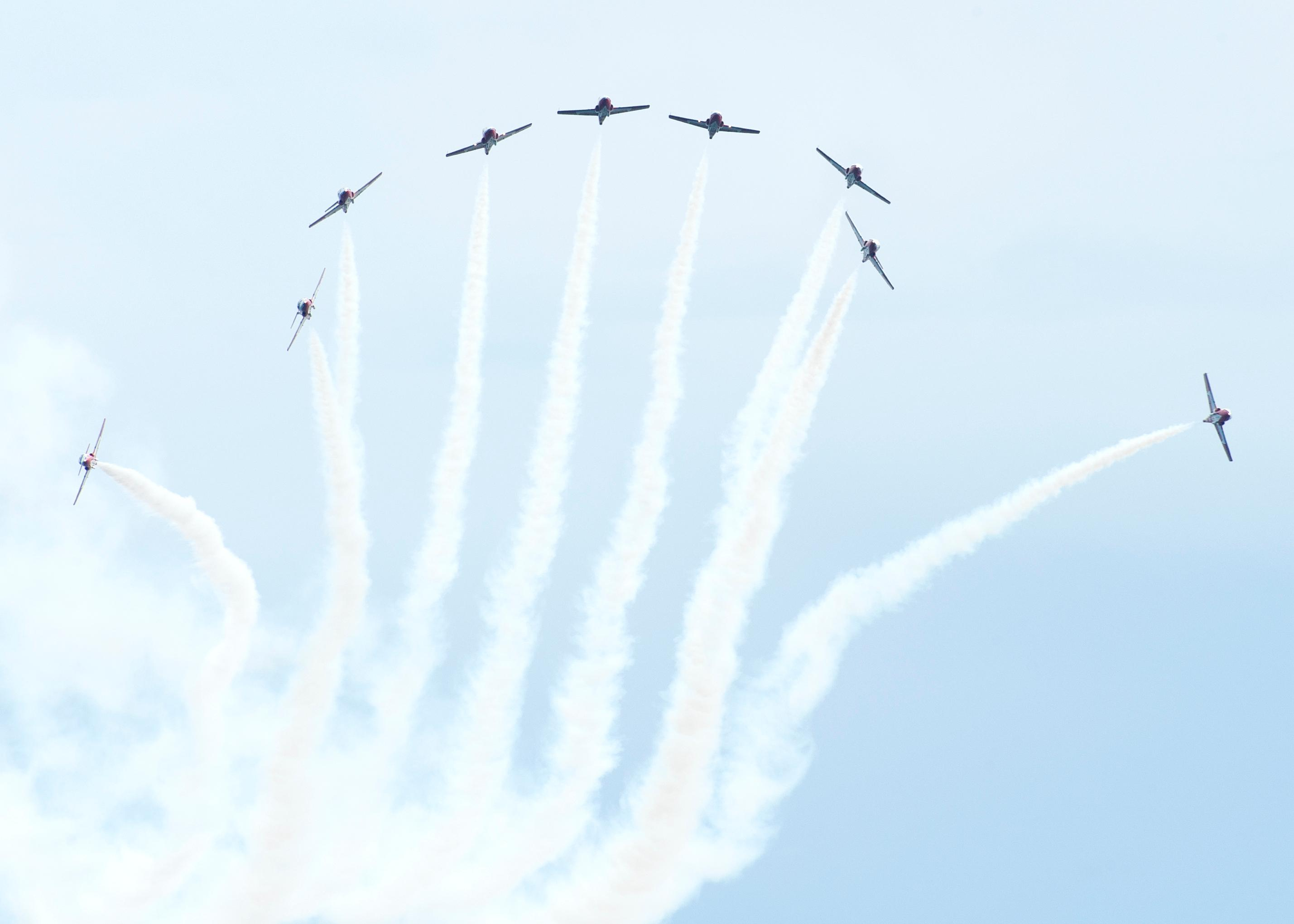 CX2015-0110-41The Canadian Armed Forces Snowbirds (431 Air Demonstration Squadron) perform over 19 Wing Comox during the acceptance show.The Canadian Armed Forces (CAF) Snowbirds (431 Air Demonstration Squadron) and The CAF CF-188 Hornet Demonstration Team are deployed to 19 Wing Comox, British Columbia, to complete training prior to the start of the 2015 Air Show season from the 15 to the 30 April 2015.Image: Sgt Halina Folfas, 19 Wing ImagingCX2015-0110-41Des avions Snowbird des Forces armes canadiennes effectuent des manuvres au-dessus de la 19e Escadre Comox lors du spectacle dinauguration.Les Snowbirds (431e Escadron de dmonstration arienne) des Forces armes canadiennes (FAC) et l?quipe de dmonstration de chasseurs CF188 Hornet sont dploys  la 19e Escadre Comox (Colombie-Britannique) pour effectuer une sance dentranement avant le dbut de la saison des spectacles ariens 2015, qui aura lieu du 15 au 30 avril 2015.Image: Sgt Halina Folfas, Imagerie de la 19e Escadre