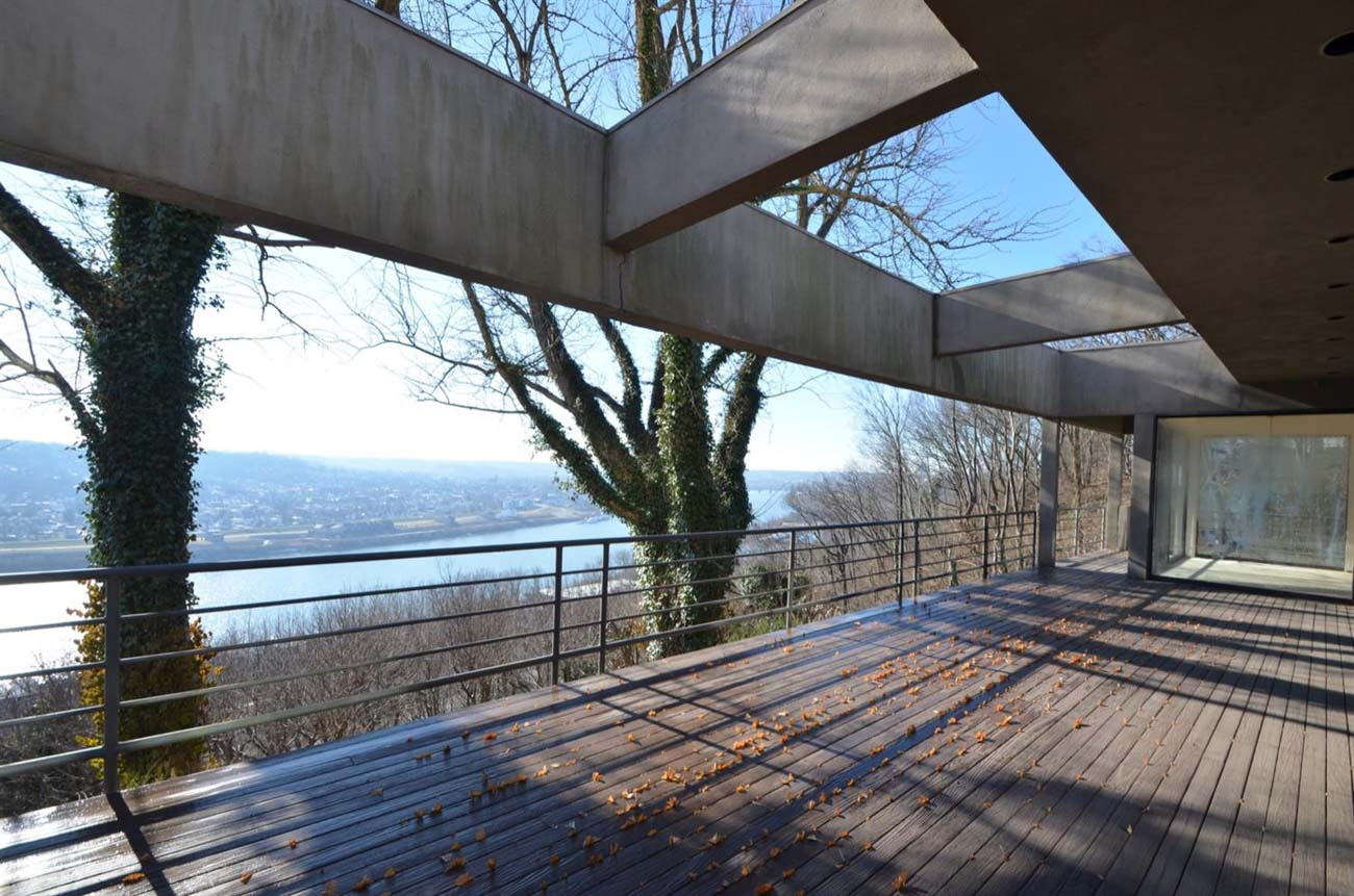 The home rests on a rare and beautiful wooded one-acre lot and features two levels and more than 5,400 square feet of living space with four bedrooms, four full baths, and two half baths. Built to overlook the Ohio River, nearly every room in it features sweeping valley views. / Image courtesy of Cincinnati Modern // Published: 2.2.21